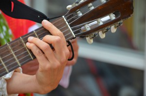 Hand greift an Gitarre einen Akkord