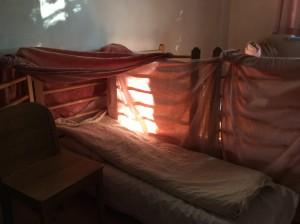 Aufgestellte Betten im Schlafraum des Kindergartens